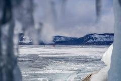 Vue de caverne de glace au carrefour de voiture sur le lac Baïkal congelé Image libre de droits