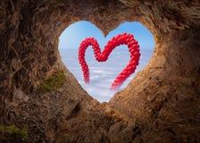 Vue de caverne de forme de coeur à la scène idyllique avec des baloons Images stock