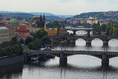 Vue de centre historique de Prague, de bâtiments et de points de repère de vieille ville et de ponts sur la rivière Prague, Tchèq Photo stock