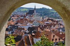 Vue de Cesky Krumlov de la fenêtre d'arc de château images libres de droits