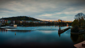 Vue de château de Mala Strana et de Prague au-dessus de rivière de Vltava Photographie stock libre de droits