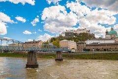 Vue de château Festung Hohensalzburg de Hohensalzburg et de pont Mozartsteg de Mozart à Salzbourg, Autriche Photo stock