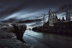 Vue de château foncé avec le ciel foncé images stock