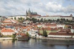 Vue de château de Mala Strana et de Prague au-dessus de rivière de Vltava photo libre de droits