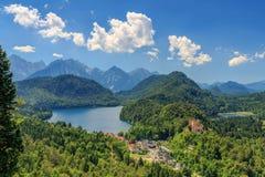 Vue de château de Neuschwanstein au lac et au Hohenschwangau Alpsee Photos libres de droits