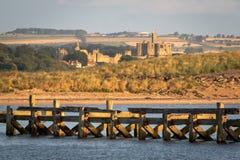 Vue de château de Warkworth d'une distance pendant le début de la matinée n image stock