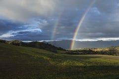 Vue de chêne, la Californie, Etats-Unis, le 1er mars 2015, plein arc-en-ciel au-dessus de tempête de pluie en vallée d'Ojai Images libres de droits