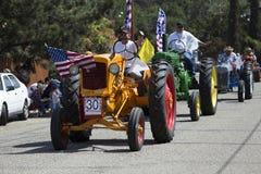 Vue de chêne, la Californie, Etats-Unis, le 24 mai 2015, défilé de Memorial Day, tracteurs antiques Image stock