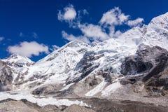 Vue de chaîne du mont Everest au-dessus d'un ciel bleu, voyage de camp de base d'Everest, Népal Photos libres de droits