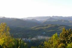 Vue de Chambre, de montagne et de forêt Photos libres de droits