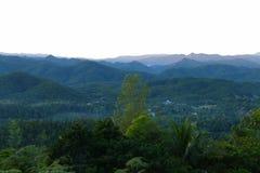 Vue de Chambre, de montagne et de forêt Images libres de droits
