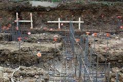Vue de chantier de construction du cadre en acier de base de rebar avec les chapeaux oranges Photos stock