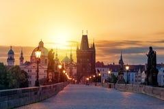 Vue de Charles Bridge à Prague pendant le coucher du soleil, République Tchèque Le point de repère de renommée mondiale de Prague photos libres de droits