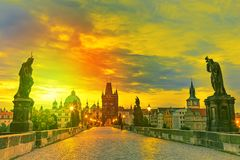 Vue de Charles Bridge à Prague pendant le coucher du soleil, République Tchèque Le point de repère de renommée mondiale de Prague photos stock