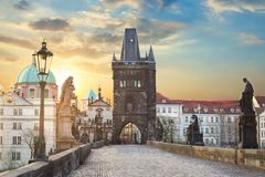 Vue de Charles Bridge à Prague pendant le coucher du soleil, République Tchèque Le point de repère de renommée mondiale de Prague image libre de droits