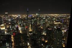 Vue de Chicago par horizon de nuit Photographie stock libre de droits