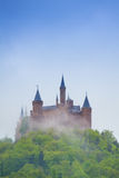 Vue de château de Hohenzollern en brume pendant l'été Photo libre de droits