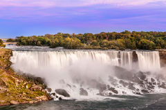 Vue de chutes du Niagara aux chutes américaines de site Image stock