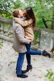 Vue de ci-avant Un jeune couple affectueux embrasse Extérieur en parc en automne photos stock