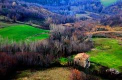 Vue de ci-dessus à une maison, aux forêts et aux champs images stock