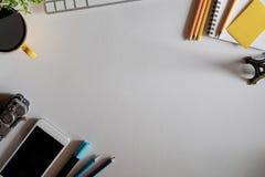 Vue de ci-dessus avec des accessoires de bureau d'espace de travail de copie Photo libre de droits