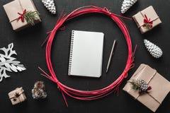 Vue de ci-dessus avec la lettre à Santa, à présents et à décorations de Noël Photos stock
