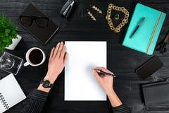 Vue de ci-dessus avec la table de bureau de l'espace de copie, le carnet avec la tasse de café et le phone de Smart Photo stock