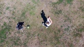 Vue de ci-dessus d'un golfeur masculin frappant la boule banque de vidéos