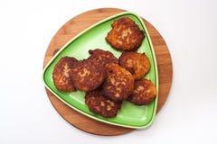 Vue de ci-dessus d'un plat avec des boulettes de viande de viande hachée Image stock