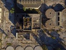 Vue de ci-dessus d'une cave de vinification abandonnée photographie stock libre de droits