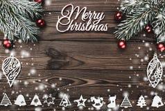 Vue de ci-dessus d'une inscription de Joyeux Noël et d'une branche de jouet d'arbre et à feuilles persistantes faite main avec le photo libre de droits