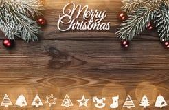 Vue de ci-dessus d'une inscription de Joyeux Noël et d'une branche de jouet d'arbre et à feuilles persistantes faite main avec le photo stock