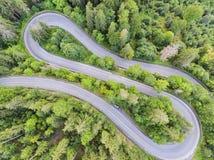 Vue de ci-dessus d'une route sinueuse de forêt photographie stock libre de droits