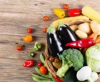 Vue de ci-dessus de l'ensemble de légumes frais dans un panier Images stock