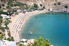 Vue de ci-dessus de la plage principale dans Lindos Images stock