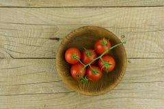 Vue de ci-dessus de la tomate de bébé sur le bois Photographie stock libre de droits