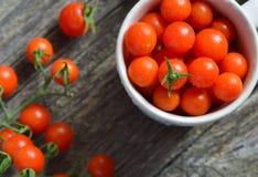 Vue de ci-dessus des tomates-cerises sur le bois Photographie stock libre de droits