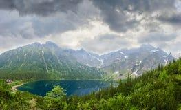 Vue de ci-dessus du lac de montagne image stock