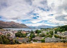 Vue de ci-dessus de la station touristique alpine de Wanaka au Nouvelle-Zélande photographie stock libre de droits