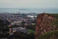 Vue de ci-dessus sur la ville d'Edimbourg, de la mer et de la roche sur le wh Image libre de droits