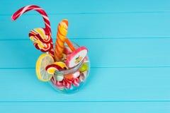 Vue de ci-dessus sur les bonbons à mâcher, lucettes avec la canne de sucrerie et Images libres de droits