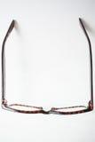 Vue de ci-dessus sur une paire de lunettes brunes à la mode images libres de droits