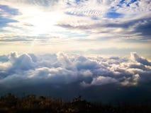 Vue de ciel avec le brouillard photos stock