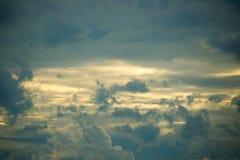 Vue de ciel avec le ciel nuageux foncé et la lumière du soleil douce dans le temps de soirée Image stock