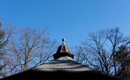 Vue de ciel bleu clair d'hiver avec le roo carrelé décoratif de pavillon images libres de droits