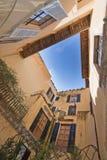 Vue de ciel bleu de cour Image stock