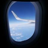Vue de ciel bleu de fenêtre d'avion Photographie stock libre de droits