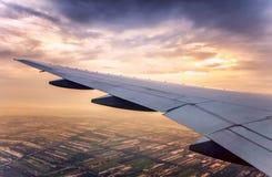 Vue de ciel de coucher du soleil au-dessus de l'avion Image stock