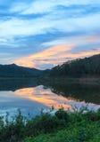 Vue de ciel de réflexion dans le lac Photographie stock