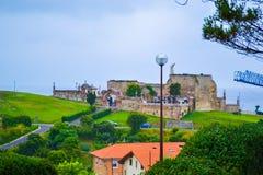 Vue de cimetière de Comillas, la Cantabrie, Espagne, avec l'herbe verte Photo libre de droits